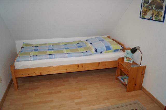 Eines der Einzelbetten im Doppelzimmer im OG
