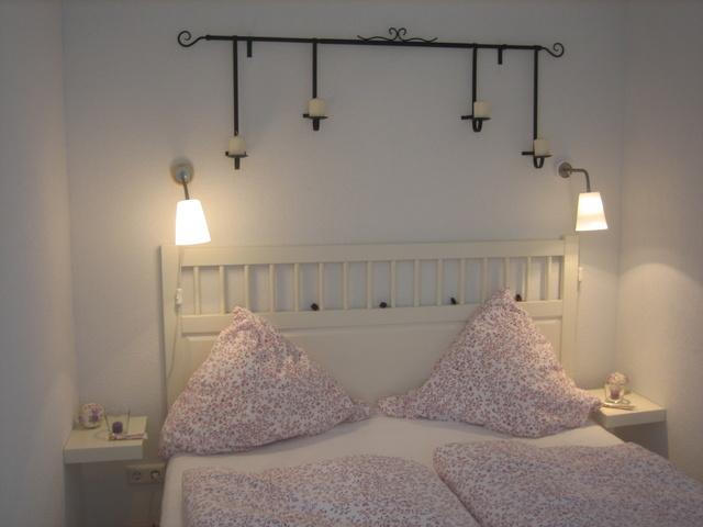 Romantisches Schlafzimmer a. d. kühleren Hausseite