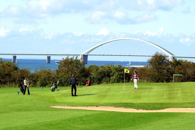 Der Golfplatz- mit Blick auf die Fehmarnsundbrücke