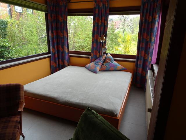 Bett im Erkerzimmer mit Rundumblick