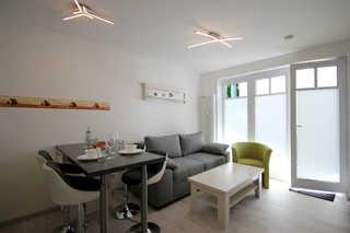 Ferienwohnung 23RB7, Haus Jahreszeiten Wohnbereich mit Zugang zum Balkon