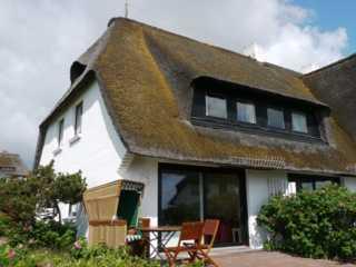 Haus Steinum Terrassenplatz mit Strandkorb und Gartenmöbeln