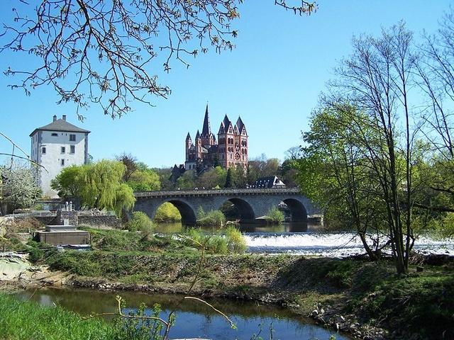 Der Limburger Dom nit alter Lahnbrücke