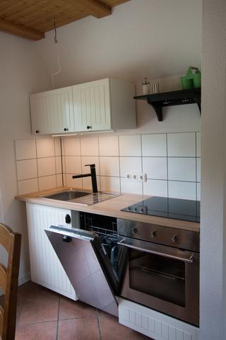 Küche mit Spülmaschine und Herd