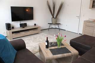 Geerdis Hubbel**** Gemütliches Wohnzimmer mit XXL-Sofa und 55 Zoll...