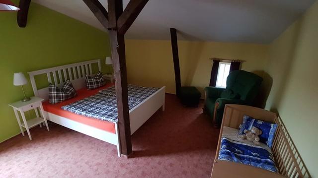 Schlafzimmer,verst.Betten,Nachtschr.u.Lampe