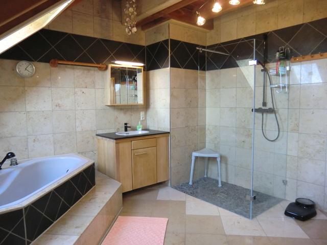 ....Ganzglas-Dusche, 2. Waschbecken u. Wanne