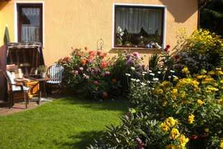 Zinnowitz, Traum-Fewo 2 Pers. Garten im Sommer mit Strandkorb