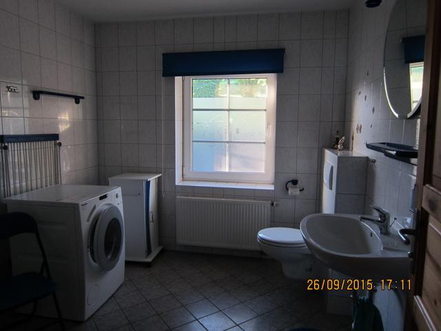 Das Badezimmer mit Waschmaschiene