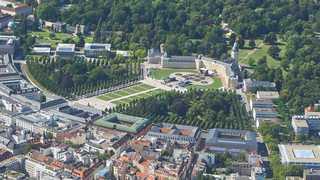 Schöne, gemütliche und zentrale Wohnung mit großem Balkon Schloss Karlsruhe aus der Luft