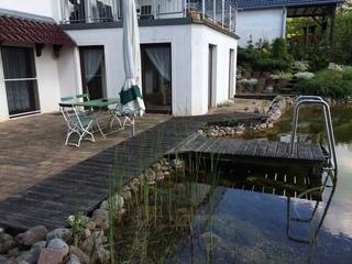 Ferienwohnung Ulme Terrasse mit Teich