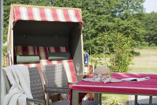 Vermeer Terrasse mit Strandkorb und Gartenmöbeln