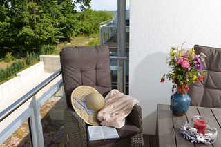 Sonnensegler Balkon mit Blick ins Grüne; seitlicher Meerblick