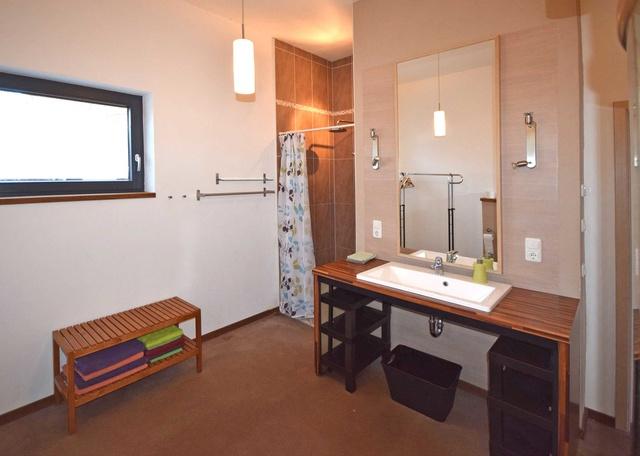Badezimmer mit Dusche und Wärmekabine