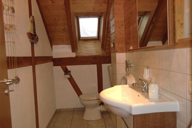 Raum mit WC, Urinal u. Waschplatz (1 WC im Bad)