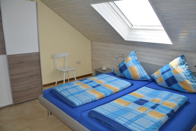 Schlafzimmer mitte mit Doppelbett
