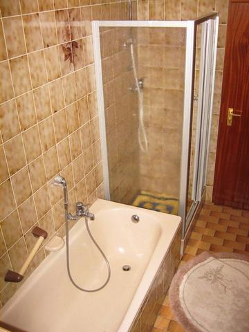Bad mit Dusche, Wanne, Handwaschbecken, u. WC