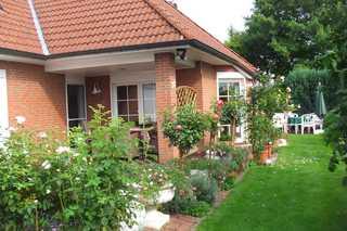 FeWo Ruegila Garten mit Gästeterrasse