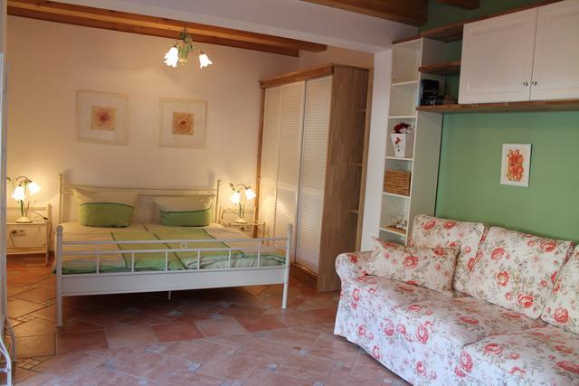 Schlafzimmer mit 3-er Couch