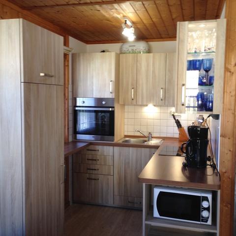 In allen Häusern: Küche mit Geschirrspüler