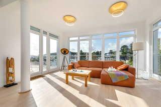 Villa Wiederkehr Sonnendeck offener Wohnbereich mit Zugang zu zwei Balkonen