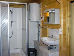 Das Bad mit Dusche/WC