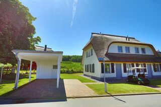 Reet-Ferienhaus SVANTEVIT in Strandnähe, familienfreundlich Ansicht Front mit Carport