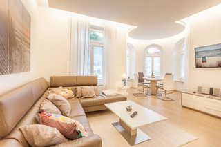 Villa Odin Yachtclub offener Wohnbereich mit Esstisch im Turmzimmer