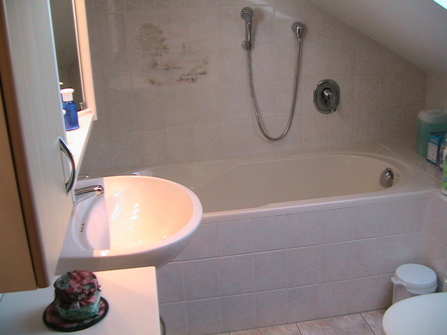 modernes Bad mit Wanne,Dusche und WC