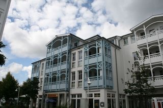 H: Seepark Sellin-Haus Baabe Whg 432 Penthouse mit Balkon Außenansicht