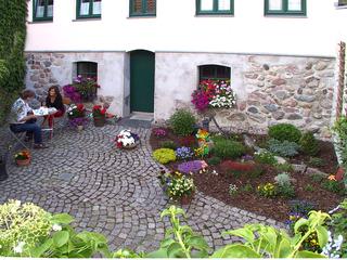 Ferienwohnungen im Altstadtkern von Waren (Müritz) Hintereingang zum Hof mit Sitzgelegenheit