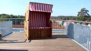 Ferienwohnung DünenResort 03 im Ostseebad Binz auf Rügen Große Dachterrasse mit Strandkorb