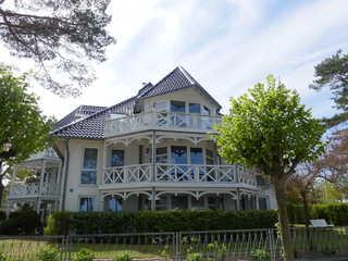 Ferienwohnung Haus Strelasund 14 im Ostseebad Binz auf Rügen Blick von der Strandpromenade auf das Haus