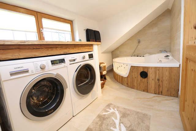 Badezimmer Mit Whirlwanne, Waschmaschine, Trockner