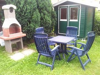 Sitzgelegenheit im Garten mit Grill