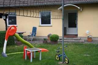 Wohlfühlurlaub im Ferienhaus in der Nähe von Waren/Müritz Hauseingang mit Speilwiese