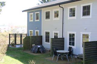 Ferienhaus, Ökologische Wohnanlage am Schloonsee Außenansicht mit Terrasse (mittleres Haus)