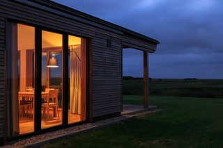 Gud Jard Lodge Nr. 09 Außenansicht bei Nacht