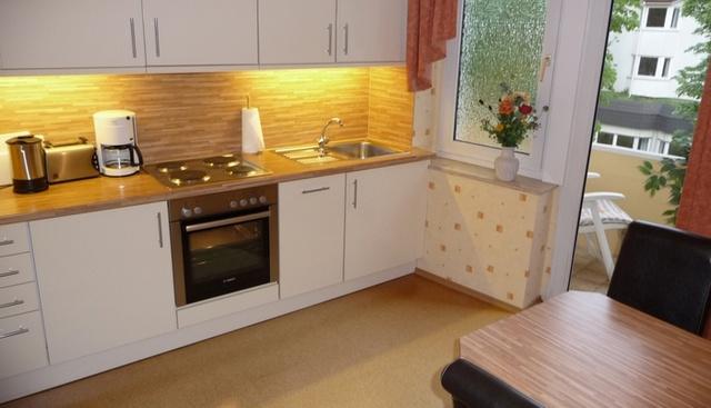 Küche mit Sitzecke und Zugang zum Balkon