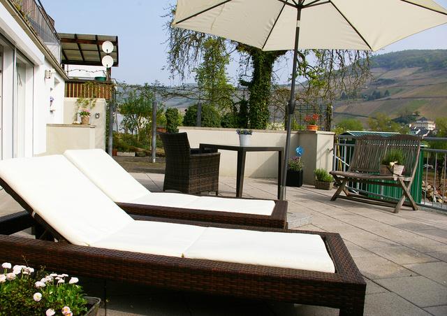 Ferienwohnung Ambiente Terrasse mit Sonnenliegen